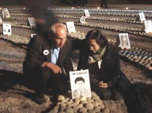 Deudos de las víctimas de la violencia política aún lloran a sus muertos.