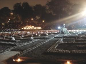 Fotos de las víctimas de la violencia política rodean al Monumento El Ojo que Llora.