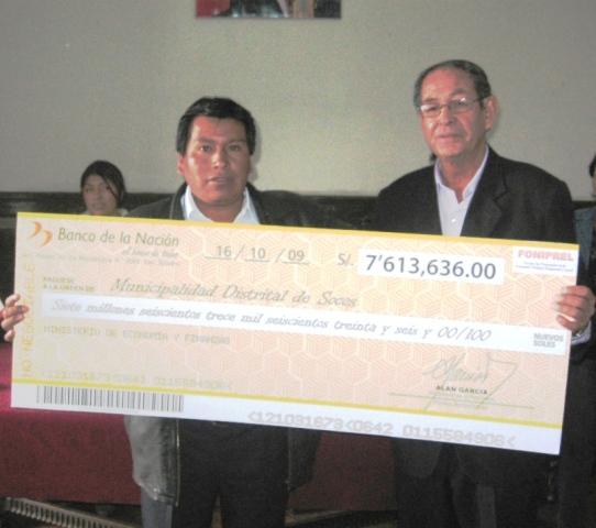 Alcaldes distritales y provinciales de Ayacucho recibieron cheques del concurso FONIPREL