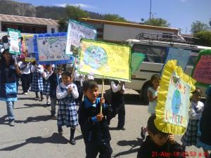 Pequeños portaban pancartas alusivas al cuidado de la Tierra.