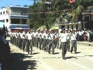 Vistoso desfile cívico escolar en el VRAE