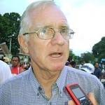 Suspenden expulsión de padre Paul Mc Auley