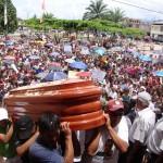 Restos mortales de asesinado alcalde son velados en Aucayacu