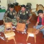 Hallan dos kilos de droga camuflados en banquitos de madera