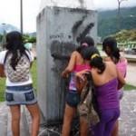 Sorprenden a escolares mujeres pintarrajeando monumentos