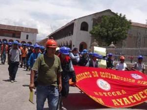 Obreros que construyen drenaje pluvial de Ayacucho realizaron movilización