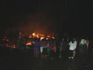 Corto circuito provoca incendio que consumió cuatro viviendas en el Vraem