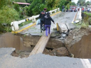 Puente colapsa en Satipo por crecida del río Coviriali