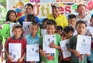 Entregan materiales de aprendizaje a niños indígenas de Santa Rosa de Aguaytía