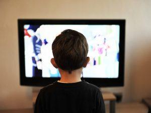 Niños y adolescentes ven televisión en un 99.8%