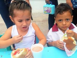 Picota: Escolares degustaron raciones de pollo por el Día de la Alimentación