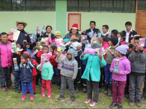 Huánuco: Agazajan a niños con regalos navideños
