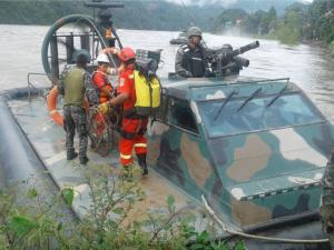 Cusco: Fuerzas Armadas prosiguen rescate de personas tras colapso de puente en Kimbiri