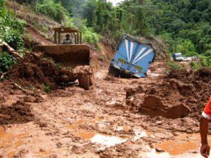 Entregan ayuda humanitaria a damnificados de deslizamiento en distrito del Cusco
