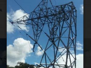 Caía de torres y deslizamiento de terreno deja sin energía al Vraem