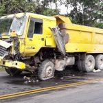 Leoncio Prado: Choque entre volquete y camión de carga