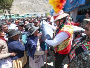 Ministro de Defensa supervisó entrega de ayuda humanitaria en Huancavelica