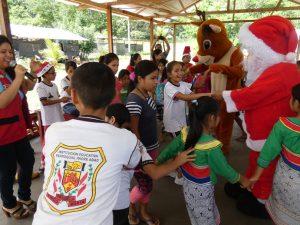 UGEL Leoncio Prado entrega presentes a niños por Navidad