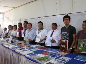 Entregan material bibliográfico a entidad educativa en Tocache