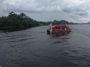 Embarcación navega ríos de la Amazonia llevando servicios del Minsa en prevención del VIH
