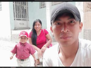 Becario y papá: Gener, el joven shipibo que se prepara para defender el medio ambiente