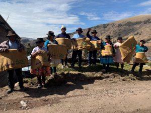 Entregan 300 frazadas y 300 ponchos con material reciclado a familias en Ayacucho