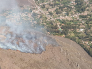Cusco: Luchan para extinguir incendio forestal en Urubamba