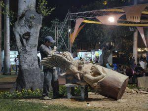 Arte Nativa: Tallador de madera realiza esculturas de gran tamaño