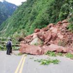 Rehabilitan parcialmente tránsito en carretera en Padre Abad