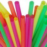 Desde hoy se prohíbe la fabricación de cañitas de plástico