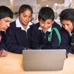 Dos tambos cusqueños con acceso a programa Windows en versión quechua