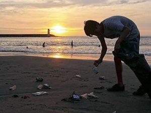 Municipios deben fiscalizar uso de cañitas de plástico, bolsas de un solo uso y envases de tecnopor en playas