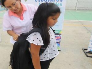 Ayude a sus hijos a prevenir lesiones en el uso de la mochila escolar